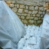 Konservierung der Grabungsfläche Schnitt 1 mit Schutzvlies und Sandsäcken.