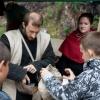 Helme, Kettenhemden und Schwerter können anprobiert und gehalten werden.