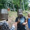 Begeistert werden die verschiedenen Helmtypen anprobiert.