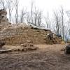 Teilweise freigelegte Turmruine und Ringmauerbefund im Vordergrund.