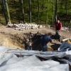 Vermessungsarbeiten an der teilweise freigelegten Ringmauer.