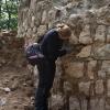 Säubern des Mauerwerks für die photogrammetrische Aufnahme