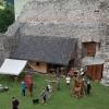 Die Blockhütte gibt eine Vorstellung wie hölzerne Gebäude an der Innenseite der Ringmauer im 13. Jahrhundert ausgesehen haben könnten