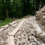 Errichtung einer Trockensteinmauer als didaktische Teilrekonstruktion der vor 800 Jahren errichteten Ringmauer.
