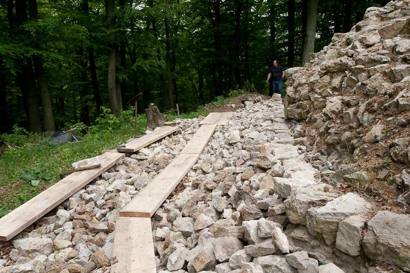 Errichtung einer Trockensteinmauer als didaktische Teilrekonstruktion der darunter liegenden 800 Jahre alten Resten der Ringmauer.
