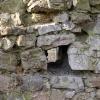 Balkenloch in der Zingermauer, aus dem Burginneren gesehen.