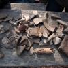 Scherben von Töpfen und Ofenkacheln, Tierknochen und Nägel.